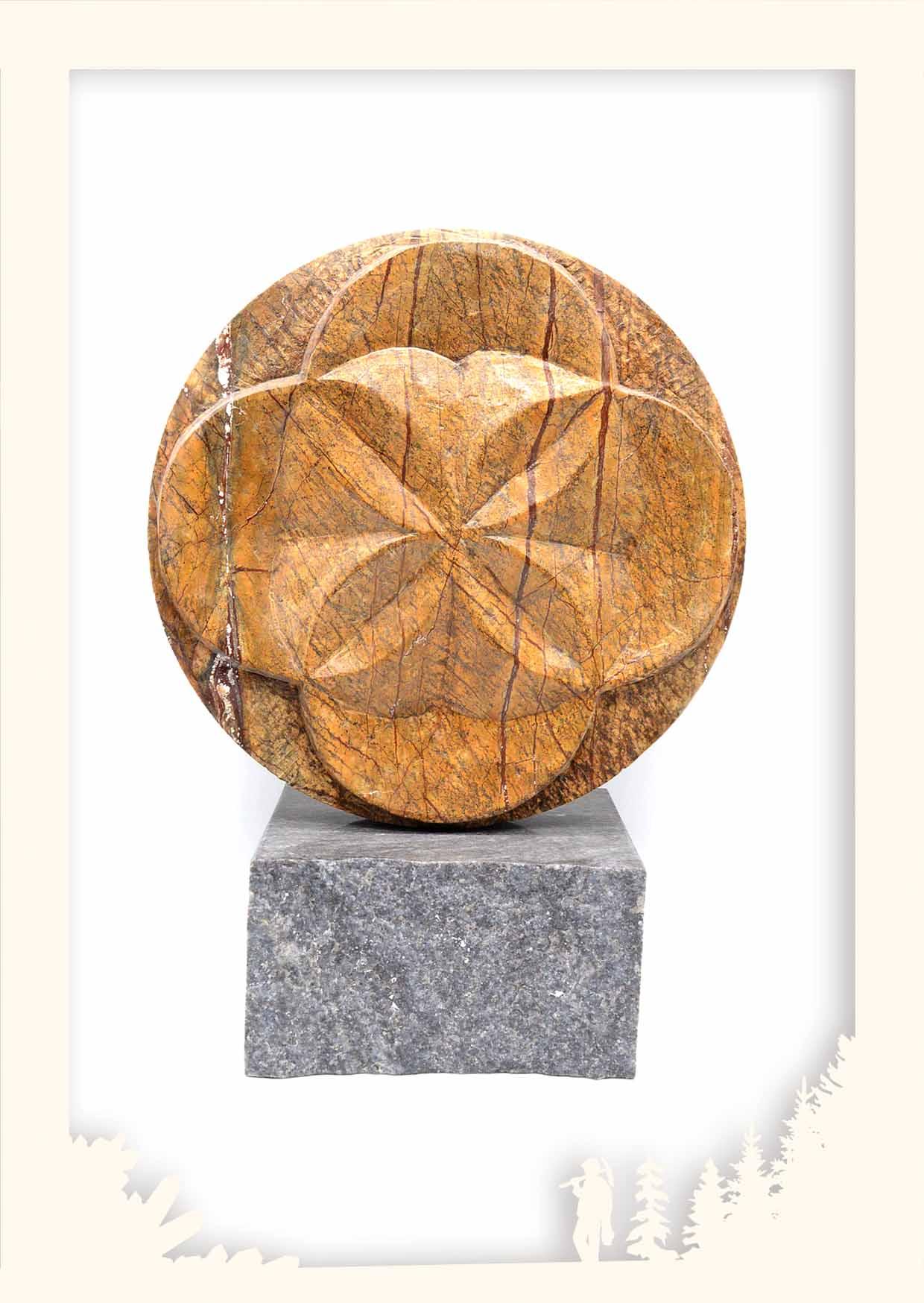 Skulptur Blume des Lebens, Forest Brown, auf Granit Sockel