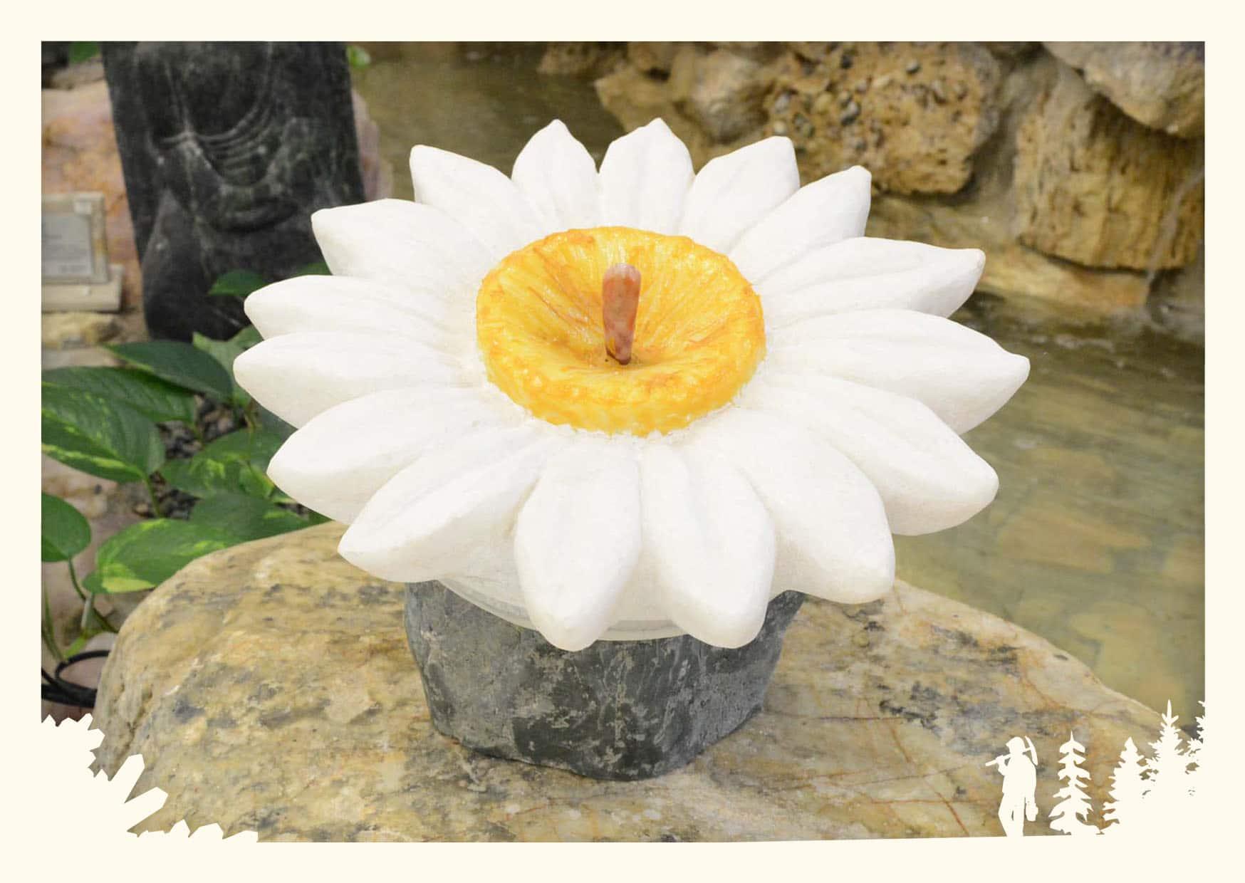 Skulptur Blume aus Marmor auf Rohstein Sockel